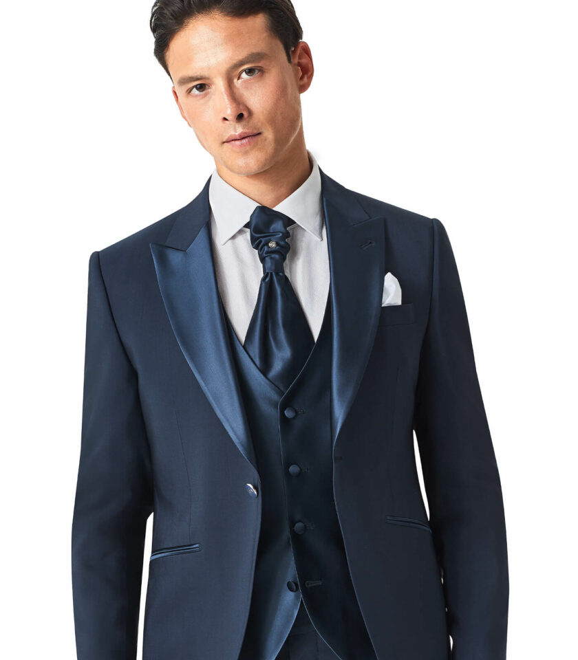 giacca con rever a lancia in raso e gilet in raso blu